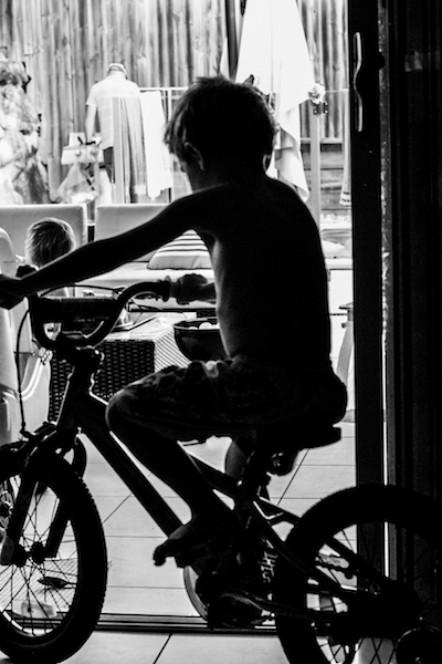 kids-riding-their-bike-inside-documentary-family-photography-gold-coast