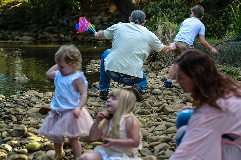 teaching-his-son-to-skim-rocks-Lifestyle-Family-Photography-Gold-coast-