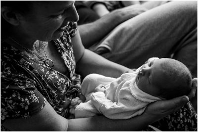 grandparents-holding-newborn-photography-gold-coast