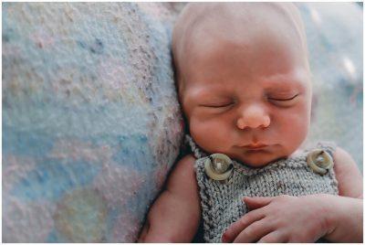 newborn-baby-sleeping-on-on-mums-baby-blanket-gold-coast-inhome-lifestyle-photography
