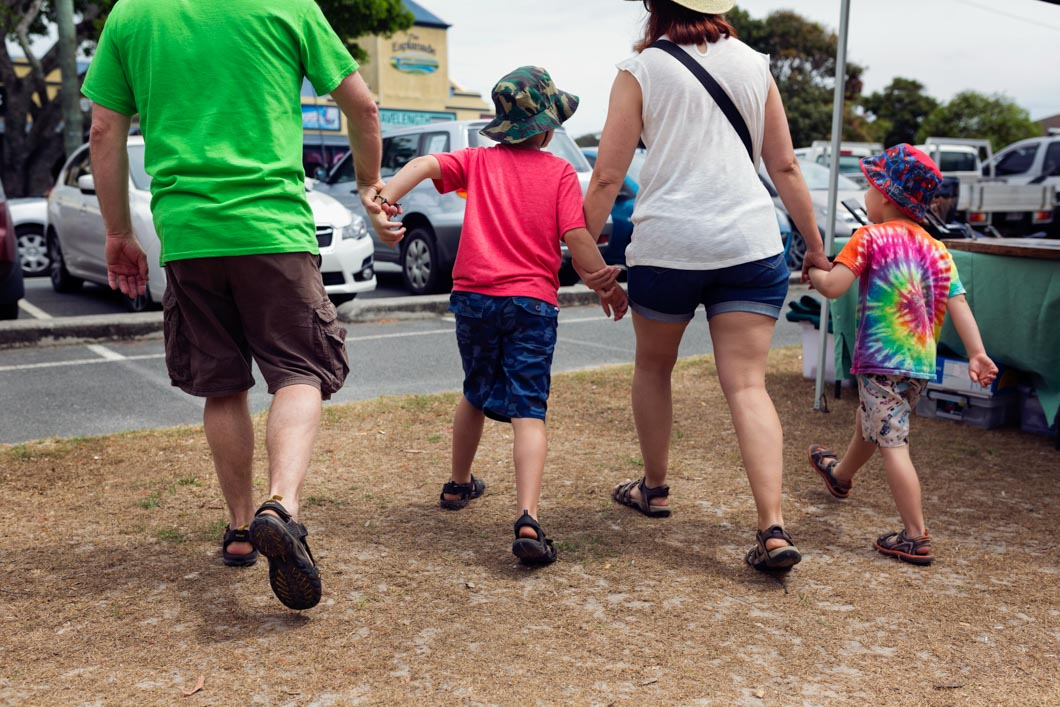 Parents-hanging-onto-to-kids-as-walking-through-Pottsville-Markets-Family-Photography